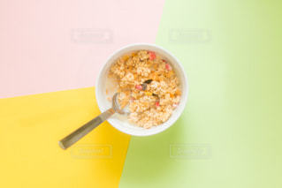 板の上に食べ物のボウルの写真・画像素材[1144889]