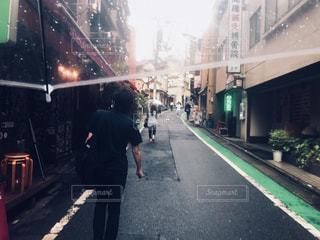 通りを歩いて男の写真・画像素材[1216506]