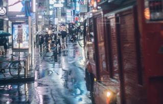 近くに忙しい街の通りのの写真・画像素材[1239513]