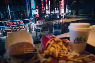 テーブルの上のコーヒー カップの写真・画像素材[1240525]