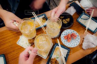 食事のテーブルに座っている人々 のグループの写真・画像素材[1240527]
