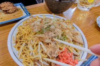 テーブルの上に食べ物のプレートの写真・画像素材[1241290]