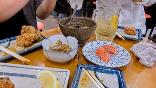 食品のプレートをテーブルに座っている女性の写真・画像素材[1241291]