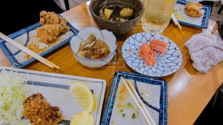 テーブルの上に食べ物のプレートの写真・画像素材[1241292]