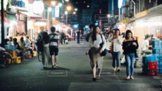 街の通りを歩いている人のグループの写真・画像素材[1241295]
