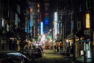 近くに忙しい街の通りのの写真・画像素材[1241296]