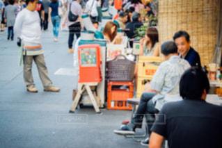 通りを歩く人々 のグループの写真・画像素材[1241801]