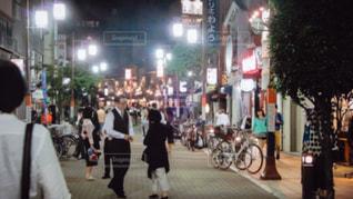 街の通りを歩いている人のグループの写真・画像素材[1241802]