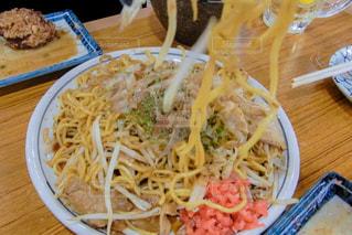 板の上に食べ物のボウルの写真・画像素材[1243066]