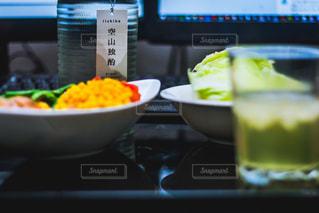 テーブルの上に食べ物のボウルの写真・画像素材[1263527]