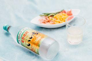 テーブルの上の水のボトルの写真・画像素材[1265405]