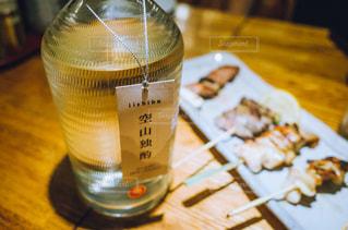 木製テーブルの上に座っているグラスワインの写真・画像素材[1282786]