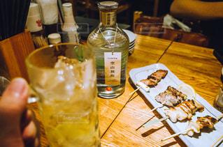 テーブルの上のビールのグラスの写真・画像素材[1282789]