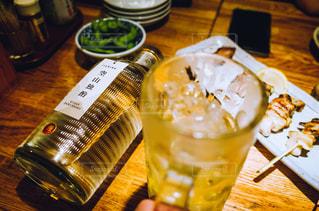 テーブルの上のビールのグラスの写真・画像素材[1282793]