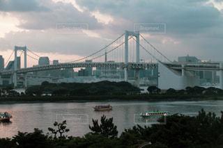 水の体の上の橋の写真・画像素材[1393056]