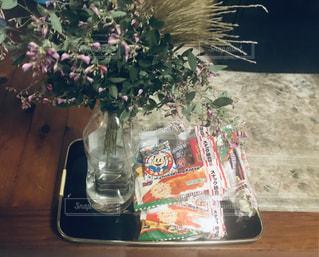 テーブルの上の花の花瓶の写真・画像素材[1490654]