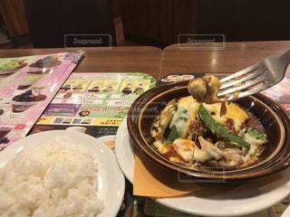 テーブルの上に食べ物のプレートの写真・画像素材[1490667]