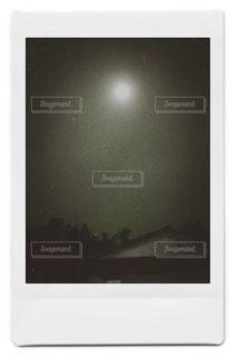 コンピューター画面の黒と白の写真の写真・画像素材[1490745]