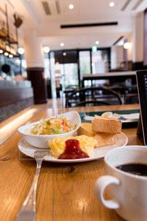コーヒーとトースト、サラダとオムレツの朝食をカフェでの写真・画像素材[1878604]