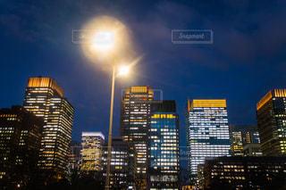 夜にライトアップされた都市の写真・画像素材[2716631]