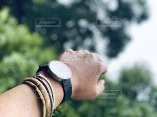 雨に濡れた腕時計の写真・画像素材[3790627]