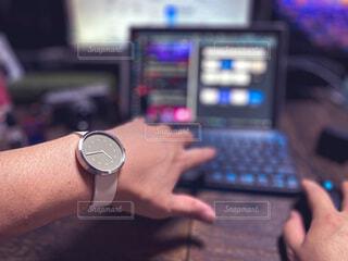 仕事中に時計を見る男性、主観視点。パソコンと机の写真・画像素材[3815883]