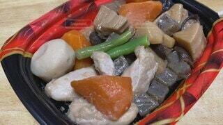 食べ物,野菜,食べる,和食,日本食,食事中,惣菜,にんじん,煮物,こんにゃく,日本文化,質素,たけのこ,いんげん,庶民的,リアル感,根菜,さといも,煮しめ,kt_pics,ふつう,本人目線,平凡な