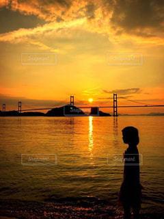 水の体に沈む夕日の写真・画像素材[1033430]
