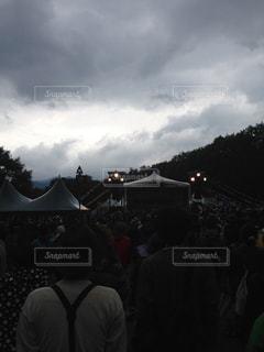 暗い曇り空の人々 の群衆の写真・画像素材[724202]