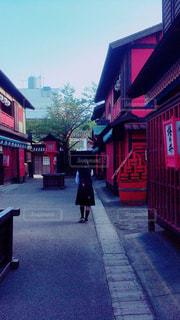 近くに赤い建物のアップの写真・画像素材[1209850]
