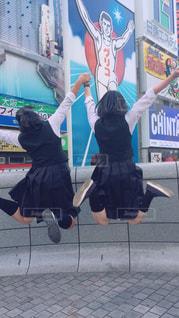 人々のグループが空中をジャンプするの写真・画像素材[2175449]