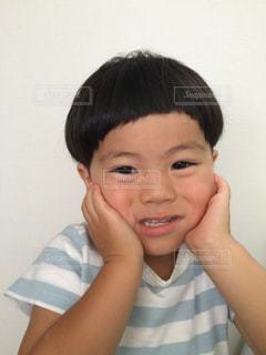 笑顔でカメラを見て、少年の写真・画像素材[1030111]