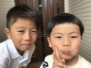 画像のポーズは小さな男の子の写真・画像素材[1030117]