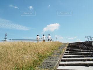 男性,20代,屋外,後ろ姿,散歩,川沿い,レジャー,お散歩,ライフスタイル,お出かけ,白T