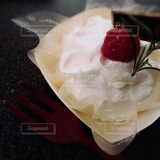 ケーキと皿の上のアイスクリーム - No.913894
