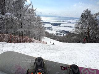 雪をスノーボードに乗る男覆われた斜面 - No.930665