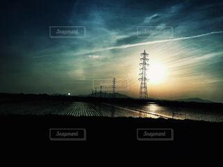 水の体に沈む夕日の写真・画像素材[964559]