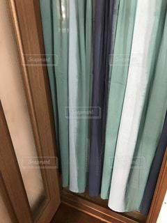 青と白のシャワー カーテンの写真・画像素材[1264539]