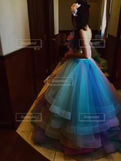 部屋に立っている若い女の子の写真・画像素材[1312449]