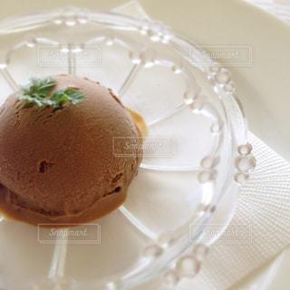 近くに皿の上のケーキのアップの写真・画像素材[1364381]