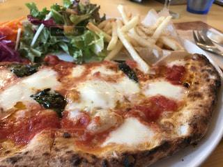 近くにピザのプレートのアップの写真・画像素材[1463138]