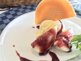 食べ物のかけらをのせた白プレートの写真・画像素材[1469028]