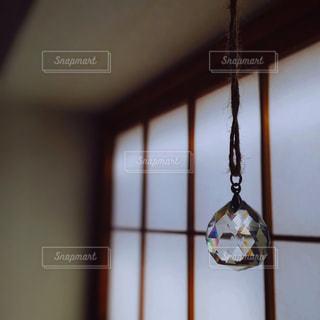 天井からぶら下がっている時計の写真・画像素材[1559651]