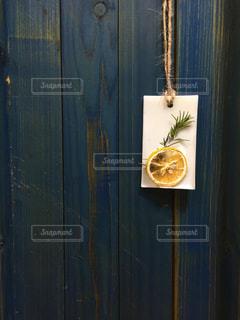 近くのドアのアップの写真・画像素材[1830363]
