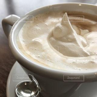 テーブルの上のコーヒー カップの写真・画像素材[1852707]
