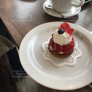 ケーキとコーヒーのカップのプレートの写真・画像素材[1882582]