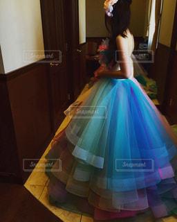 部屋に立っている若い女の子の写真・画像素材[2364934]