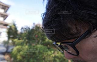 携帯電話で話している人のクローズアップの写真・画像素材[2772564]