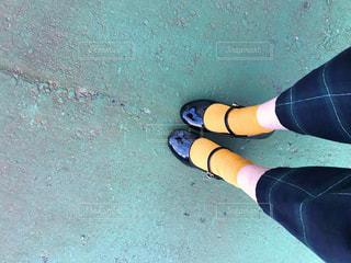 青と黒のテキストを身に着けている足のクローズアップの写真・画像素材[2785576]