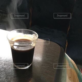 テーブルの上でコーヒーとビールを一杯飲むの写真・画像素材[2896198]